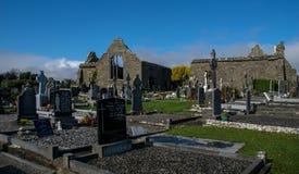 Abbaye de Lislaughtin avec le ciel nuageux bleu Image libre de droits