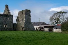 Abbaye de Lislaughtin avec le ciel nuageux bleu Photographie stock libre de droits