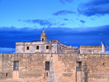 Abbaye de martyre de rue Vito au crépuscule. Polignano. Apuli Photos libres de droits