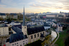 Abbaye de Neumunster在黄昏的卢森堡城市 库存照片
