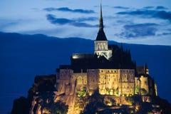 Abbaye de rue Michel de Mont la nuit Photographie stock libre de droits