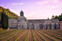 Abbaye de Senanque en Provence antes de la puesta del sol Imagen de archivo libre de regalías