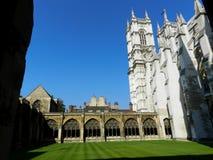 Abbaye de Westminster Cloître, herbe et tours Londres, Royaume-Uni photographie stock libre de droits