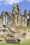 Abbaye de whitby contre le ciel bleu, Yorkshire, Angleterre Image stock