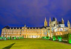 Abbaye-Zusatz-Hommes, Nachtansicht von Caen-Markstein, Frankreich Stockbilder