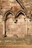 Abbazia di Holyrood con gli archi gotici Fotografie Stock
