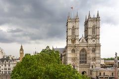 Abbazia di Westminster con Big Ben nei precedenti Fotografia Stock Libera da Diritti