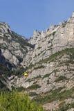 Abbe de Montserrat avec le funiculaire aérien jaune Photographie stock