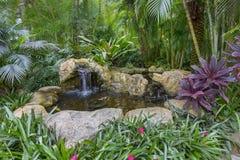 Abbellimento dello stagno artificiale del giardino di rocce immagine stock libera da diritti