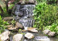 Abbellimento - una cascata e uno stagno di pietra Fotografie Stock