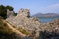 Abbellisca Butrint Albania con il mare ionico e le montagne fotografia stock libera da diritti