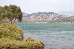 Abbellisca Butrint Albania con il mare ionico e le montagne fotografie stock