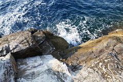 Abbellisca con acqua e rocce nell'isola di Thassos, Grecia, accanto allo stagno naturale chiamato Giola Fotografia Stock