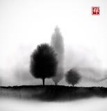 Abbellisca con gli alberi in nebbia disegnata a mano con inchiostro nello stile asiatico Prato nebbioso Sumi-e orientale tradizio illustrazione di stock