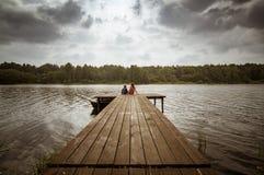 Abbellisca con i bambini sulla nuvola dell'estate del fiume di giorno, la Russia, i Urals Fotografia Stock