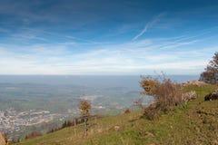 Abbellisca con i prati verdi sopra il lago Lucerna, le alpi, Svizzera Immagine Stock Libera da Diritti