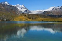 Abbellisca con il lago glaciale nelle alpi svizzere Immagini Stock