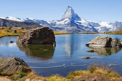 Abbellisca con il lago glaciale nelle alpi svizzere Fotografia Stock