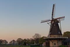 Abbellisca con il mulino ed il cielo blu di vento olandesi tradizionali del grano sopra Fotografie Stock