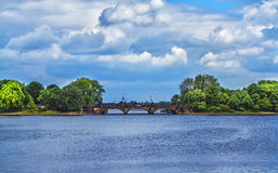 Abbellisca con il ponte sopra il lago Alster a Amburgo Immagine Stock Libera da Diritti