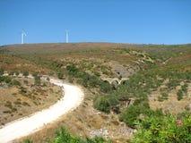 Paesaggio con il viadotto, i mulini a vento e la strada Fotografie Stock Libere da Diritti