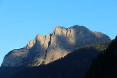 Abbellisca con la foresta, le montagne ed il cielo blu verdi Immagini Stock