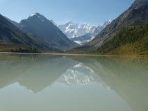 Abbellisca con la montagna ed il lago in Altai, Siberia Fotografie Stock Libere da Diritti