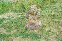 Abbellisca con la scultura antica della pietra di Scythian nella steppa, fiorente il prato Immagini Stock