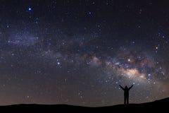 Abbellisca con la Via Lattea, il cielo notturno con le stelle e la siluetta di Fotografia Stock Libera da Diritti