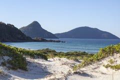 Abbellisca con le isole e le colline dell'oceano delle dune di sabbia. Baia di Fingal. P Immagini Stock Libere da Diritti