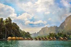 Abbellisca con le piccole costruzioni di legno sull'acqua Immagini Stock Libere da Diritti