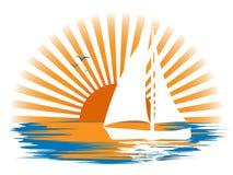 Abbellisca con una barca a vela sui precedenti del tramonto fotografia stock libera da diritti