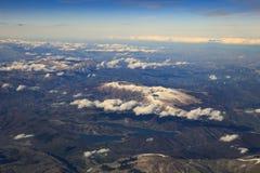 Abbellisca dalla finestra piana dell'alta montagna in Italia dopo il piano Fotografia Stock Libera da Diritti