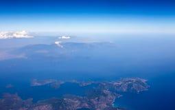Abbellisca dalla finestra piana, mostri la terra, il mare e le nuvole una bella vista della natura Fotografie Stock Libere da Diritti