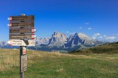 Abbellisca e munisca di segnaletica a Seiser Alm nella regione italiana di Tirolo del sud Immagine Stock Libera da Diritti