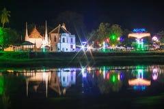 Abbellisca il fiume del krang di Sakae alla notte, thani di Uthai Fotografia Stock