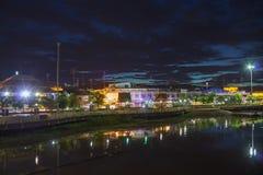 Abbellisca il fiume del krang di Sakae alla notte, thani di Uthai Immagini Stock Libere da Diritti