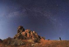 Abbellisca il fotografo per sparare le montagne e lo stupore stellati Fotografie Stock Libere da Diritti