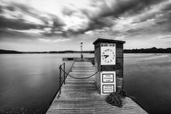 Abbellisca l'immagine al tramonto delle barche di svago attraccate sul molo in La Immagine Stock