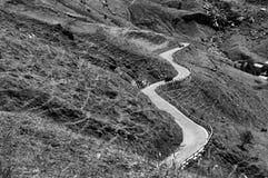 Abbellisca l'immagine in bianco e nero Italia della strada curva bobina iconica turistica del percorso Immagini Stock