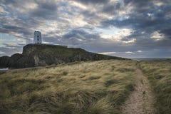 Abbellisca l'immagine del faro del Mawr di Twr con footpat erboso ventoso Fotografie Stock Libere da Diritti