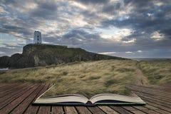 Abbellisca l'immagine del faro del Mawr di Twr con footpat erboso ventoso Immagine Stock Libera da Diritti