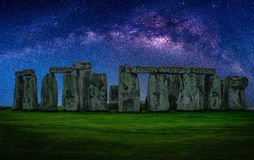 Abbellisca l'immagine della galassia della Via Lattea a cielo notturno con le stelle più immagine stock libera da diritti