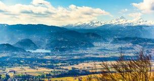 Abbellisca l'immagine di panorama del lago sanguinata e della montagna Triglav dentro Fotografia Stock