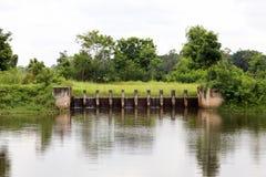 Abbellisca la diga del cemento per controllare l'acqua per l'agricoltura Fotografie Stock Libere da Diritti