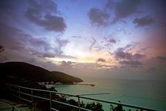 Abbellisca la foto della spiaggia di Twean, l'isola di Larn, Chonburi, Tailandia Fotografia Stock