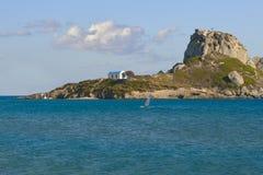 Abbellisca la foto di piccola isola greca da Kos, Grecia Stagione estiva, oceano, uomo facente windsurf e cielo blu Fotografia Stock Libera da Diritti
