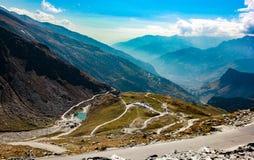 Abbellisca la mostra le montagne e delle strade del cielo blu attraverso la montagna dell'Himalaya per la festa di viaggio al lad Immagine Stock Libera da Diritti