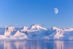 Abbellisca la natura delle montagne del tramonto polare del giorno dell'inverno del mare Glaciale Artico di Spitsbergen Longyearb fotografie stock