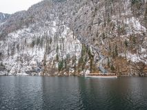 Abbellisca la nave passeggeri sul Koenigssee, Baviera, Germania del moutain del lago di verde blu Immagini Stock